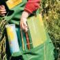 Flora-Kids Gärtner-Schürze. Zu Beginn der Pflanzentour ausgehändigte Gärtner-Schürze, bestückt mit Forscherutensilien wie Flora-Kids Memory-Set, Pflanzenbuch und Farbstiften.